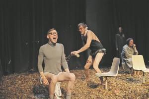 """Gert Raudsep (fotol koos Juhan Ulfsakiga) pälvis meeskõrvalosa auhinna muu hulgas osatäitmise eest NO99 lavastuses """"Tõde, mida ma olen igatsenud""""."""