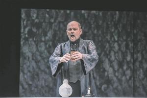 """Muusikalavastuste auhinna pälvis Jassi Zahharov Paavali Lempeliuse tegelaskuju kõrgetasemelise vokaalse  ja lavalise teostuse eest Eduard Tubina ooperis """"Reigi õpetaja""""."""
