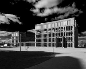 Füüsika instituudi fassaadi roostekarva toon tuleneb betooni rauasulfaadiga töötlemisest ning mõjub efektselt nii päikselisel päeval sinise taeva taustal kui ka tuhmsombuse ilmaga.