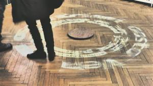 """Timo Tootsi interaktiivse teose """"Meediamull""""  aktiveerimiseks tuleb vaatajal keerlevat puitplaati jalgadega liigutada."""