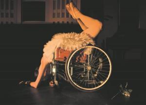 Ratastoolil lebav baleriin (Triinu Leppik-Upkin) on juba iseenesest niivõrd mõjus ja kõnekas vaatepilt, et sõnad on üleliigsed.