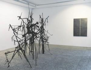 Urve Küttneri maalilised metalltaiesed ja Nils Hindi kolmemõõtmelised ruumiobjektid on omavahel nii peenes kokkukõlas, et mõjuvad nagu üks teos.