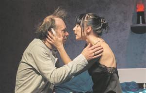 Äärelinna bluusi taktis elavad õhkimisekspert Ned (Meelis Rämmeld) ja tema abikaasa Joy (Kadri Lepp),  kelle üksteist aastat kestnud abielu on jõudnud tupikusse.