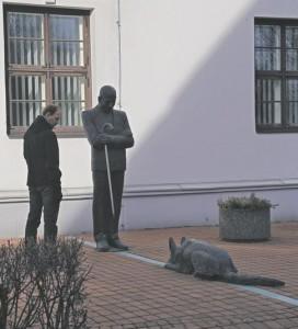 Eesti ajal kujundas Viljandi nägu linnapea August Maramaa.  Pildil Aili Vahtrapuu skulptuur raekoja kõrval.