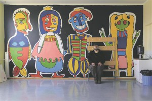 Kristjan Mändmaa kunstikooli õpilaste maalitud suurkujude taustal. Lapsi juhendas Viljandis talvitunud Austraalia kunstnik Richard Denny.