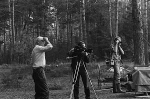 """Lennart Meri andmas nõu operaator Ago Ruusile filmi """"Toorumi pojad"""" võttel. Pildistab Mart Meri."""