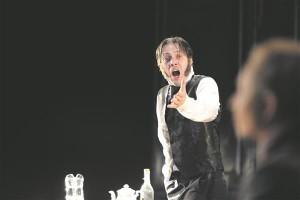 Mait Malmsten mängib isa Fjodor Karamazovi ühtaegu armastusväärselt halenaljakaks ja vihastavalt hoolimatuks.