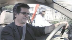 """Oma uues filmis """"Taksojuht"""" kehastub skandaalne iraani filmitegija Jafar Panahi taksojuhiks,  kes näitab vaatajale elu tänapäeva Teheranis."""