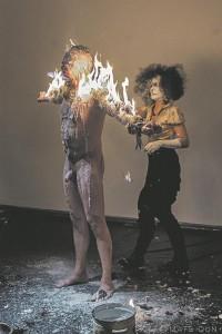 """Kunstihoone ürituse agressiivseim performance oli kahtlemata Frederick Krauke, Melodie Duchesne'i ja Mathieu Sylvestre'i veganismi propageeriv etteaste """"Ahnus"""" (""""Greed"""")."""