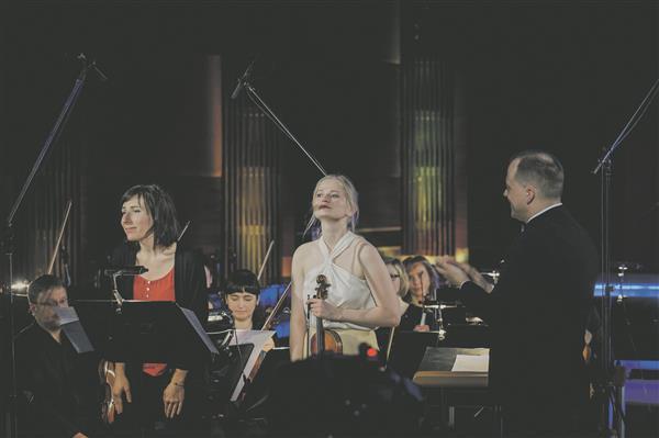 """Liisa Hirsch, Triin Ruubel, Atvars Lakstīgala ja Tallinna Kammerorkester pärast interpreetidelt suurt keskendumisjõudu nõudnud teose  """"Ascending... Descending"""" esiettekannet."""