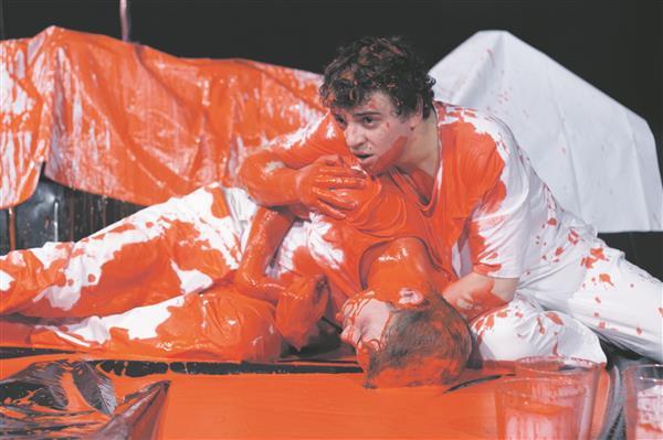 """Lavastuses """"Idioot FM"""" jääb maailma sõnaline edasiandmine kehalisele siiski alla.  Fotol XXVII lennu lavatudengid Risto Vaidla ja Jürgen Gansen."""