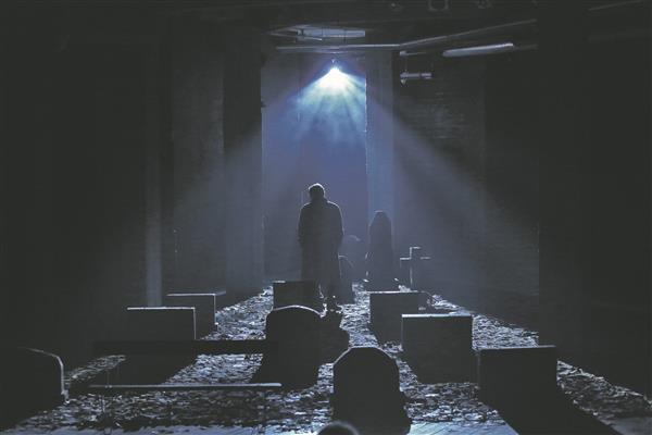 """Jon Fosse näidendi """"Sügise unenägu"""", mille surnuaial toimuv tegevus keerleb üürikese elu ja surma üle, võiks klassifitseerida kalmistudraamaks."""