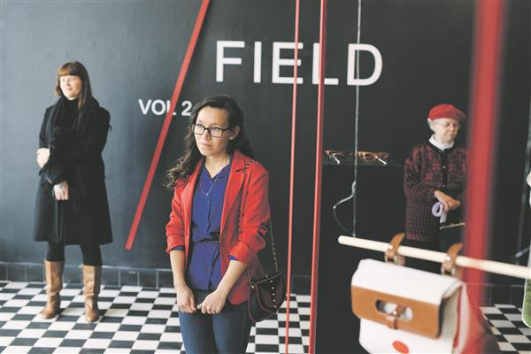 """Tartu kõrgema kunstikooli tudengite ja vilistlaste näitus """"Väli"""" on nüüd väljas Tallinnas disaini- ja arhitektuurigaleriis. Eesti turg pöördub üha enam meie oma disaini usku."""