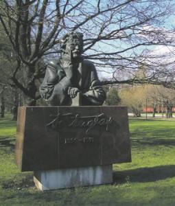 Friedebert Tuglas. Monumendi autorid  on skulptor Edgar Viies ja  arhitekt Andres Mänd.