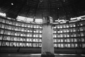 """""""Valvata ja karistada"""" esitab distsiplinaarse seade keeruka suhtevõrgustiku, kus nii hälbelisuse diskursus, arhitektuuriline jaotus, ajaline kontroll, valguse langemine Panopticon'is, politsei- ja juriidiliste institutsioonide teotsemine jne kõik kokku loovad strateegia, milles sünnib parandatav indiviid. Presidio Modelo vangla Kuubal."""