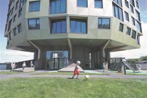Rundeskogeni tornelamute juures ei pidanud keegi mänguväljakuid hoone alumisel korrusel oluliseks, palju aktiivsemalt arutleti kõrgete tornide üle. Ometi kujunes mänguväljakust lõpuks kõige iseloomulikum maja arhitektuuriline element.