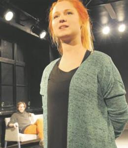 """Katariina Ratasepp oma lavastuses  """"Kallis, ma valetasin""""."""