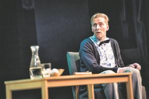 Eesti üks tõsiseltvõetavamaid komöödianäitlejaid Aarne Soro kehastab Villet, kes on mõnevõrra hädine nii majaremondis, suhetes kui ka kirjanikuna.