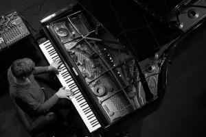 Hauschka astus seekord dialoogi live-elektroonikaga ega jätnud kasutamata prepareeritud klaveri kontseptsiooni pakutud võimalusi vaatemänguks.