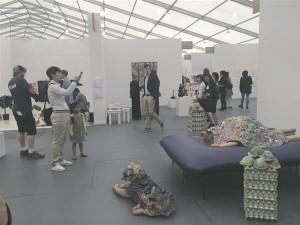 Kris Lemsalu installatsioon New Yorgi Frieze kunstimessil.
