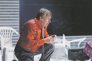 """Oma mitmeplaanilisusega tõuseb esile Eduard Salmistu Kleštš. Tema """"Vihkan teid kõiki!""""  jääb lavastuse üheks domineerivamaks repliigiks."""
