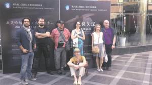 """""""Antigone"""" trupp Shanghai teatrifestivalil: (vasakult) lavastaja Homayun Ghanizadeh, valguskunstnik Priidu Adlas, näitlejad Ago Anderson, Külli Reinumägi, Elina Reinold, Andrus Vaarik ja (ees) Raimo Pass."""