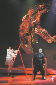 Ooperi kaks tähtsaimat meesrolli, mõlemad dramaatilised, on ka parimad: Jyrki Anttila Ohvitser ja Rauno Elbi Cardillac.