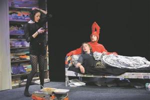 Erakliku loomuga Kelvini (Meelis Põdersoo) ja tema kujuteldava sõbra, hiiglasliku punase jänese (Martin Kõiv) argipäeva pöörab pahupidi tütarlaps Katja (Kristiina-Hortensia Port).