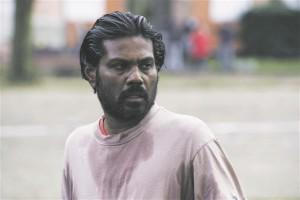 """""""Dheepani"""" nimitegelast kehastav Jesuthasan Antonythasan värvati 16aastaselt Tamili Tiigrite lapssõduriks,  aga tal õnnestus kolm aastat hiljem põgeneda."""