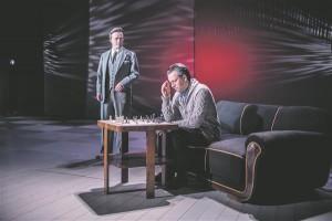 """Eesti Draamateatri selle hooaja üks olulisemaid lavastusi oli Priit Pedajase Kõivu-tõlgendus """"Keskmängustrateegia"""" – maletaja Märt (Indrek Sammul) ja füüsik Valdu (Mait Malmsten) malelaua ääres."""