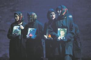Publikumi kõige enam liigutanud numbriks on sõduriemade koor, kes otsivad oma sõjaväkke võetud ja teadmata kadunud poegi.