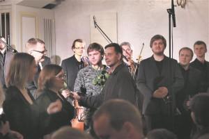 Muusikuid tuli tänama ka Cyrillus Kreegi poeg Jüri Kreek (pildil keskel).