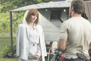 … samal ajal kui Juuraajastu maailma inimrassist peategelased Owen (Chris Pratt) ja Claire (Bryce Dallas Howard) maadlevad iganenud soorollidega.