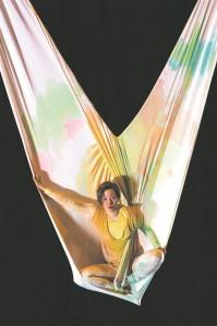 """Festivalilt """"Lack of Art"""" jäi enim meelde Grete Grossi """"Ahelad"""" – pilvekiigel (kaks lae alla kiigena kinnitatud kangast) esitatud pritsiv (nii otseses, plahvatavate värvianumate, kui ka kaudses, emotsionaalsuse tähenduses) monolavastus."""