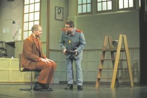 Näitetrupi juht ja dramaturg Tsubaki (Riho Kütsar) peab õpetama politseiametnikust tsensorile Sakisakale (Hannes Kaljujärv)  huumori kõige algelisemaid aabitsatarkusi.
