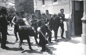 Nagu on palju arutatud Esimese maailmasõja puhkemise põhjuste üle, nii on pakkunud aruteluainest ka see foto – kas pildil on Bosnia serblasest vandenõulase Gavrilo Principi arreteerimine või hoopis süütu pealtvaataja Ferdinand Behri kinninabimine. Gavrilo Princip tappis 28. juunil 1914 Austria-Ungari troonipärija ertshertsog Franz Ferdinandi ja tema naise Sophie.