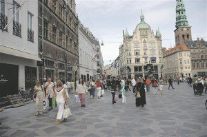 Läbi Kopenhaageni vanalinna kulgev Strøget suleti autoliiklusele juba 1962. aastal, et muuta kesklinn elavamaks ja jalakäijale sõbralikumaks. Täna tuuakse seda tänavat näiteks pea alati, kui on vaja tõestada autoliikluse vähendamise kasulikku mõju linnasüdamele.