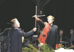 Äärmiselt efektne on lahingustseeni lõpphetk, kui kõuekärgatusliku trummilöögi saatel ristavad tšellopoogna ja flöödi Aare Tammesalu ja Tarmo Johannes.