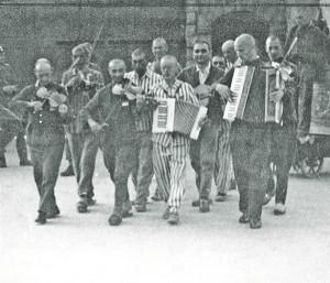... ta vilistab kohale juudid kes kaevaku maa sisse hauda  ta käsib meid mängige nüüd üks tants.  Pildil (Mauthauseni) koonduslaagri asukate orkester, muusikakollektiiv, mille toel  SS-lastest vangivalvurid nii mõnelgi puhul oma meeleolu tõsta tavatsesid.