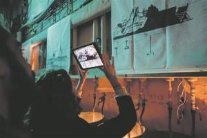 """Justine Emard kasutas projektis """"ScreenCatcher"""" ehk """"Ekraanipüüdja"""" (2014)  AR-põhimõtet, mille jaoks disainis samanimelise programmi."""