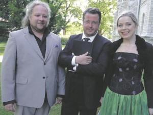 Kolmest sravast solistist kaks sja Taikovski-konkursi II vooru judnud  Arete Teemets paremal ja Oliver Kuusik on htlasi Marje ja Kuldar Singi noore laulja preemia laureaadid vasakul Atlan Karp