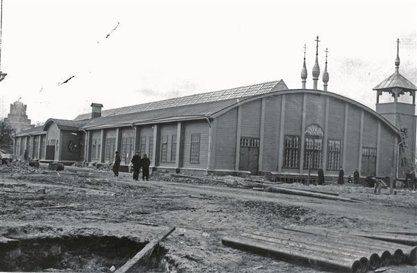 Vene-Balti asumi hoone, kus paiknesid töölissöökla, rahvamaja, poed ja õigeusu Nikolai kirik. Ehitatud 1913, põles 26.XII1934.  Eesti Filmiarhiiv, EFA 0-60611.