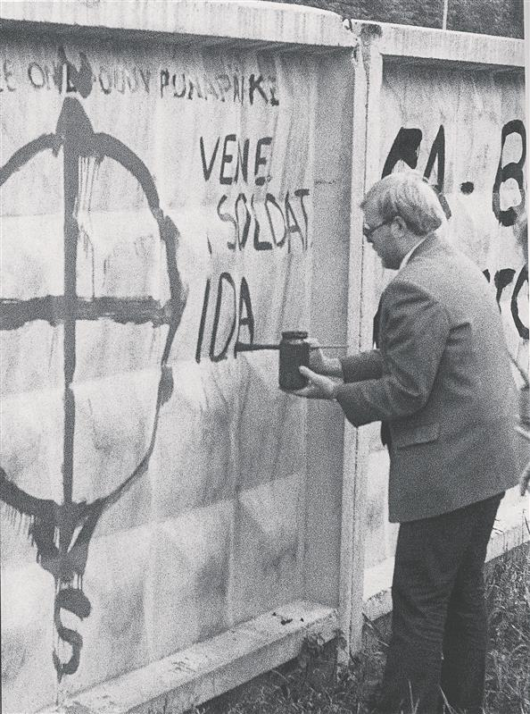 1992. aasta riigikogu valimiskampaania ajal Tondi kasarmute piirdeaeda värvimas.