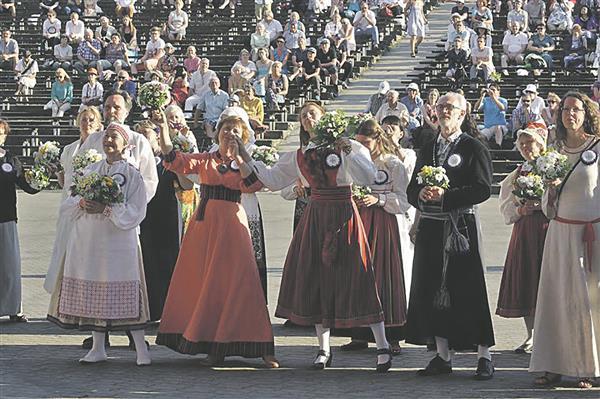 Vaimuliku laulupeo dirigendid kuulamas ühendkoore.