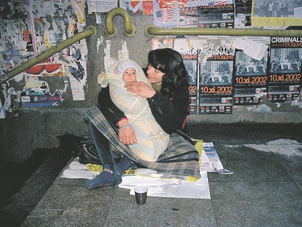 """Unistused turvalisest kodust ja armastusest on valusalt esil ka Alla Georgieva fotoseerias """"Emad tänavalt"""" (2001–2011)."""