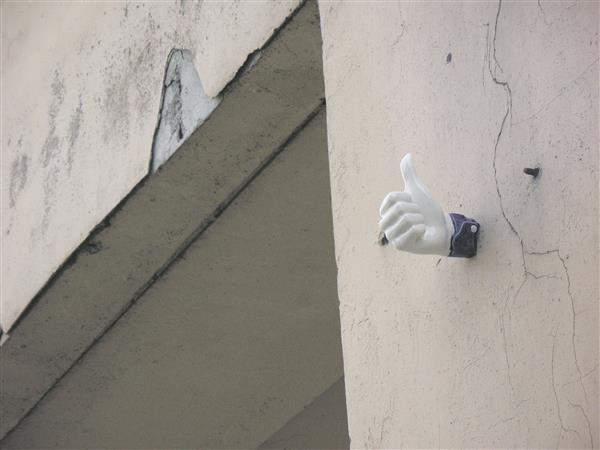 """Kristīne Niedrāja installatsioon """"Like"""" kujutab endast Võru kümne hoone külge kinnitatud portselanist Facebooki ikooni."""