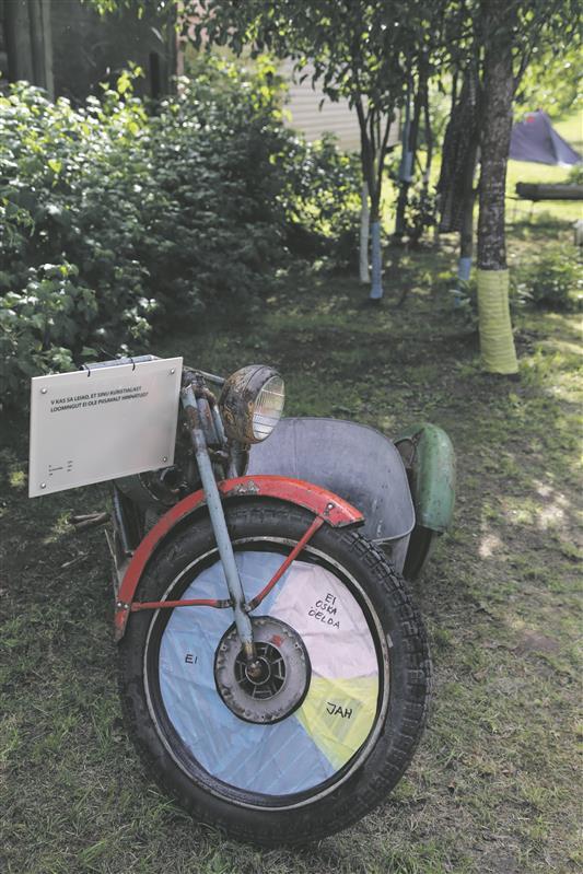 """Mari Kartau """"kadunud kunstnike"""" hulgas tehtud küsitluse visualiseering on suurepäraselt vanausuliste küla traditsioonilisse keskkonda sobitatud."""