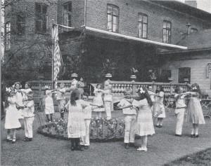 Lapsed valmistumas tulevaseks paarisuhteks Skurupi tantsukoolis 1912. aastal.