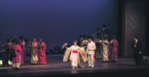 """Puccini """"Madama Butterflyd"""" pakuti välja kui festivali parimat pisarakiskujat. Cio-Cio Sani kehastanud Hiroko Morita mõjus täiusliku Liblikana. Tema ehe lavasarm,  jäägitu sisseelamine ja oma spinto-hääle valdamine võimaldas soovi korral pisaraid poetada küll."""
