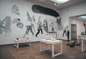 Pekka Paikkari on teosed jaotanud nii, et suures saalis näeb skulpturaalsemaid töid ning Sergei Issupovilt sellele näitusele tellitud seinamaali.